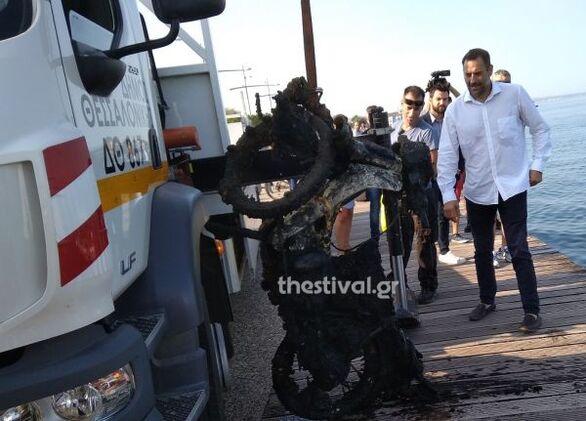 Θεσσαλονίκη: Έβγαλαν μηχανάκια, πατίνια και καρότσια σούπερ μάρκετ από τον Θερμαϊκό Κόλπο
