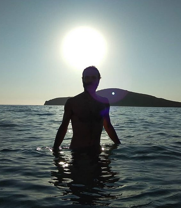 Ο Θανάσης Ευθυμιάδης εξηγεί γιατί κολυμπά γυμνός