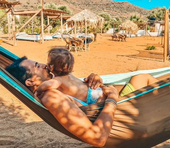 Ο Δήμος Αναστασιάδης χαλαρώνει με το γιο του στην παραλία