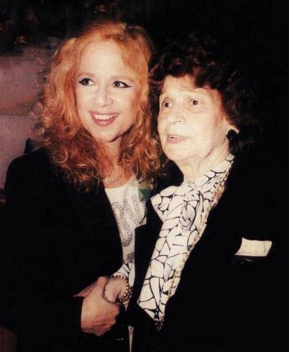 Η Αλίκη Βουγιουκλάκη με τη μητέρα της σε πρεμιέρα το 1994