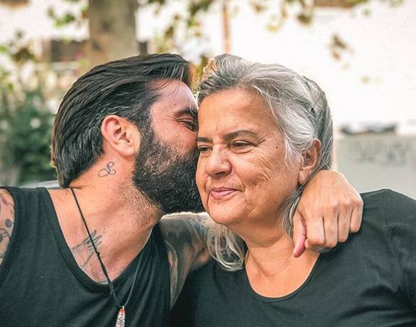 Ο Θοδωρής Μαραντίνης μας συστήνει τη μητέρα του