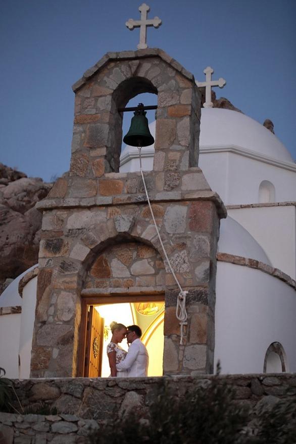 Ζευγάρι στη Μύκονο, παντρεύτηκε με μόλις τρεις καλεσμένους (φωτο)