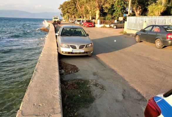 Πάτρα: Επικίνδυνες καθιζήσεις στην οδό Ελευθερίας στο Ρίο - Παγιδεύτηκε Ι.Χ. (φωτο)