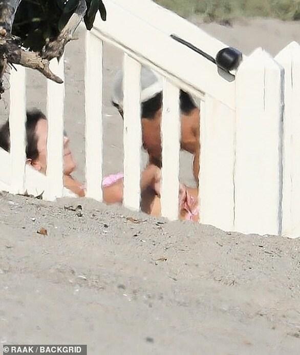 "Kendall Jenner: ""Καυτές"" στιγμές στην παραλία με άσο του NBA (φωτο)"