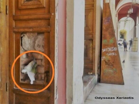 """Πάτρα: Εικόνα ντροπής στο Δημοτικό Θέατρο - """"Σφήνωσαν"""" ακόμη και παιδική πάνα στην πόρτα του! (φωτο)"""