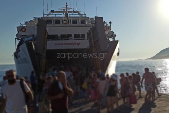 Συνωστισμός σε πλοίο στα Χανιά (φωτο+βίντεο)