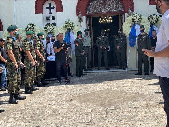 Θρήνος στην κηδεία του άτυχου αλεξιπτωτιστή από την Ηλεία που σκοτώθηκε μετά από πτώση (pics+video)