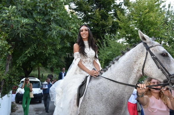 Νύφη ντύθηκε η Ανθή Βούλγαρη - Έφτασε στην εκκλησία πάνω σε… άλογο! (φωτο)