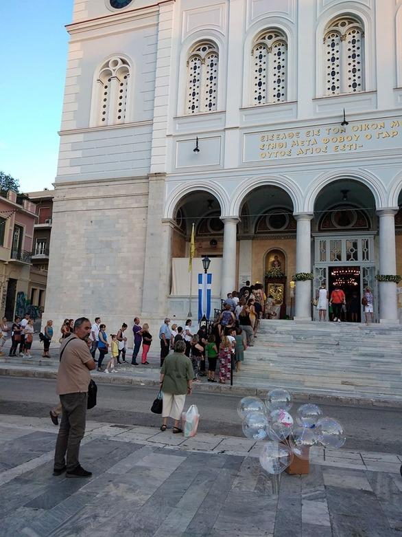 """Πάτρα: """"Ουρές"""" πιστών έξω από τον ναό της Παντάνασσας (φωτο)"""
