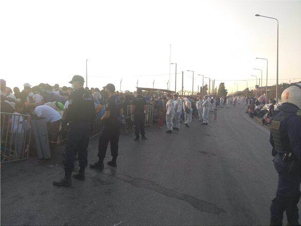 Λέσβος: Πάνω από 5.000 μετανάστες έχουν μπει στο Καρά Τεπέ (pics+video)