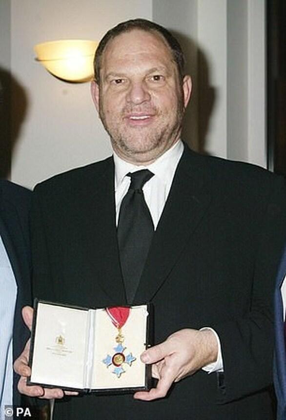 Η Βασίλισσα Ελισάβετ αφαιρεί το μετάλλιο από τον Harvey Weinstein