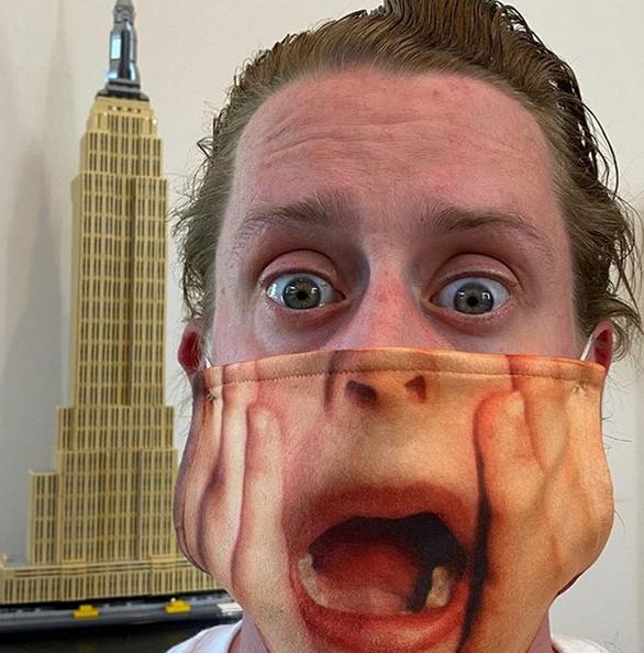 Μακόλεϊ Κάλκιν - Φοράει μια μάσκα που του ταιριάζει γάντι