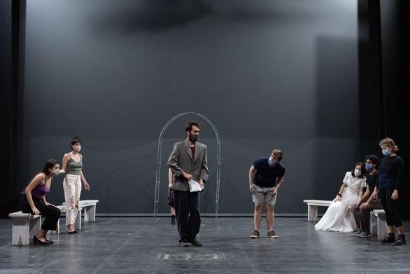 """""""Οι Καλόπιστοι Θεατρίνοι"""" το έργο του Μαριβώ για τις σχέσεις του θεάτρου και της ζωής από το ΔΗΠΕΘΕ"""