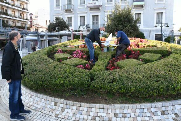 Πάτρα: Επισκευάστηκε και επανατοποθετήθηκε το ρολόι στην πλατεία Τριών Συμμάχων (φωτο)