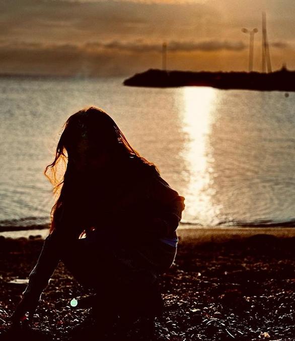 Υβόννη Μπόσνιακ: Η κόρη της παίζει στη θάλασσα με φόντο το ηλιοβασίλεμα