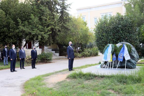 Κατάθεση στεφάνου από τον Πρόεδρο της Βουλής και Κοινοβουλευτική Αντιπροσωπεία στο Μνημείο του Πολυτεχνείου