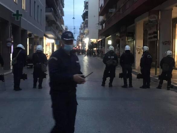 Έντονη η παρουσία της ΕΛ.ΑΣ. στο κέντρο της Πάτρας - Άτομα έχουν συγκεντρωθεί στο πρώην παράρτημα (φωτο+video)