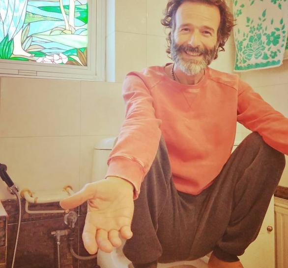 Θανάσης Ευθυμιάδης - Με selfie από την τουαλέτα του μιλά για τη... δυσκοιλιότητα