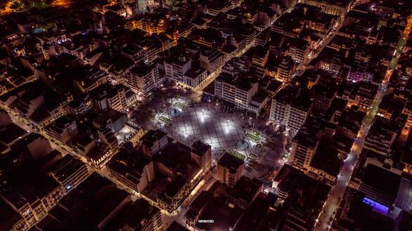 Η λάμψη της πλατείας Γεωργίου από ψηλά σε νύχτες καραντίνας