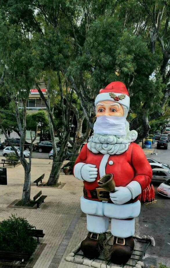 Ένας διαφορετικός Άγιος Βασίλης στολίζει την πλατεία της Γλυφάδας (φωτο)