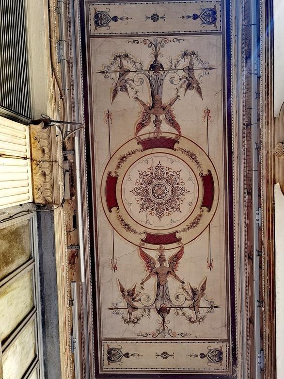 Πρόταση: Φως στις τοιχογραφίες των στοών του κέντρου της Πάτρας (φωτό)