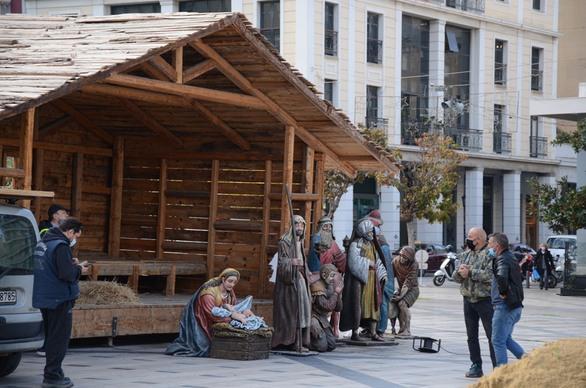 Πάτρα - Στολίζεται χριστουγεννιάτικα η πλατεία Γεωργίου - Τοποθετείται η φάτνη (φωτο)
