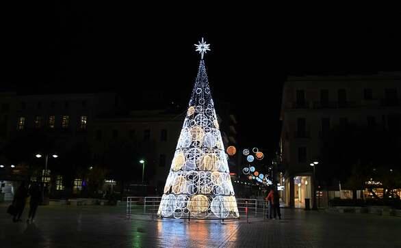 Πάτρα: Το δέντρο από λαμπιόνια της πλατείας Τριών Συμμάχων που φέτος κάνει τη διαφορά (φωτό)