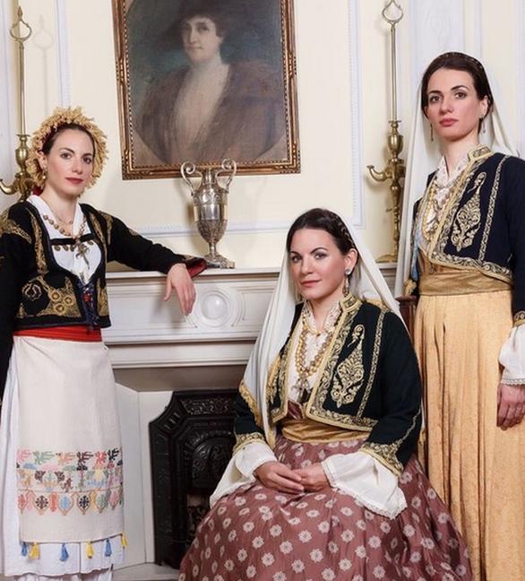 Η Όλγα Κεφαλογιάννη και οι αδελφές της με παραδοσιακές στολές της Κρήτης