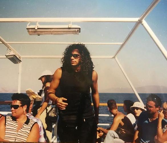 Ο Γιώργος Χρανιώτης με μακριά, σγουρά μαλλιά