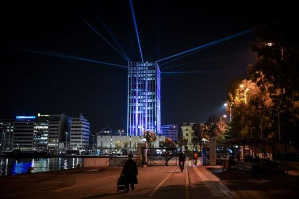 Υπερθέαμα στον Πειραιά: Φαντασμαγορικές εικόνες από την φωταγώγηση του Πύργου