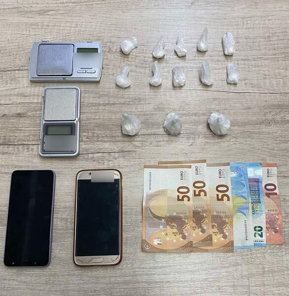 Στα χέρια της Αστυνομίας διακινητής κοκαΐνης στην Πάτρα (φωτο)