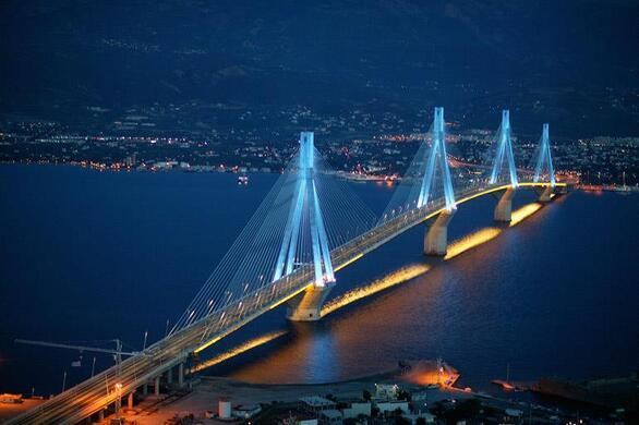 Η Γέφυρα Ρίου – Αντιρρίου πήρε το όνομά της από τον πρώτο πρωθυπουργό της Ελλάδας ο οποίος στην πραγματικότητα μίλησε για την ανάγκη δημιουργίας μιας γέφυρας που να συνδέει το Ρίο με το Αντίρριο. Ο Χαρίλαος Τρικούπης ανακοίνωσε αυτή του την άποψη στο Κοινοβούλιο το 1889, αλλά τότε δεν υπήρχαν οι πόροι για να γίνει ένα τέτοιο έργο. Δεν θα μπορούσε ίσως να φανταστεί ότι έναν αιώνα μετά το όραμά του έγινε πραγματικότητα.