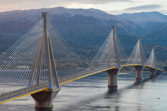 H γέφυρα Ρίου – Αντιρρίου είναι η μεγαλύτερη σε μήκος καλωδιωτή γέφυρα πολλαπλών ανοιγμάτων στον κόσμο έχοντας συνεχές και πλήρως αναρτημένο κατάστρωμα 2.252 μέτρων. Όσον αφορά τα θεμέλιά της, βρίσκονται σε βάθος θαλάσσης που φτάνει τα 65 μέτρα και η διάμετρος των θεμελίων ανέρχεται σε 90 μέτρα.