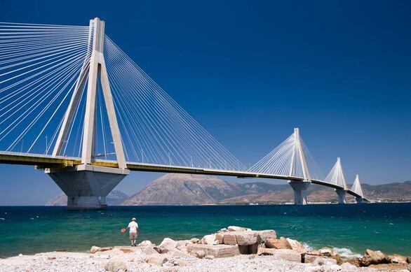 Στα 16 χρόνια λειτουργίας της γέφυρας από εκεί έχουν γίνει πάνω από 61 εκατομμύρια διελεύσεις. Από αυτές, το 84% είναι Ι.Χ. αυτοκίνητα.