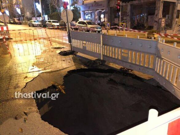Άνοιξε κρατήρας βάθους 7 μέτρων σε κεντρικό δρόμο της Θεσσαλονίκης (φωτο)