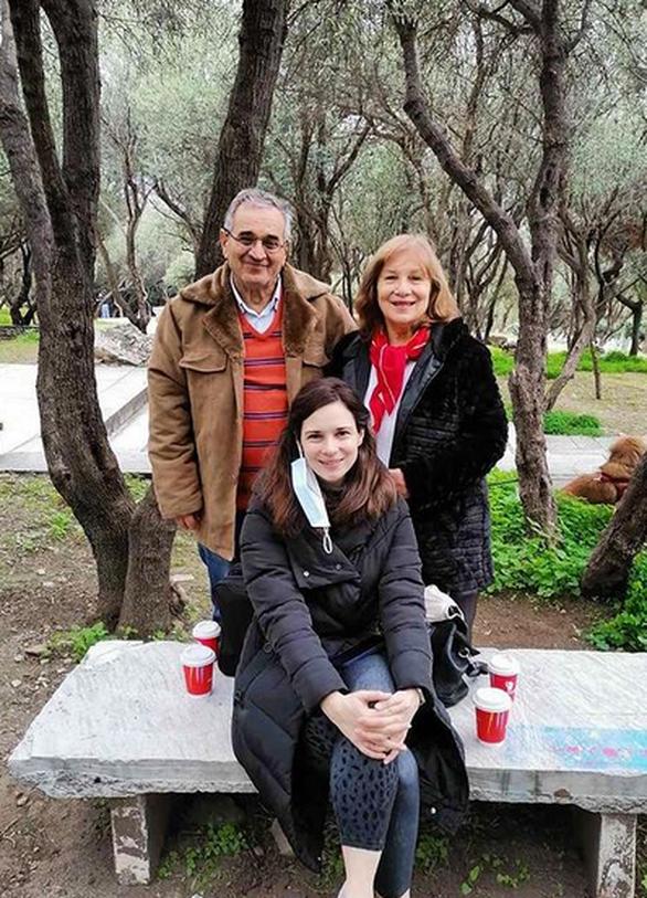 Η Ευγενία Δημητροπούλου μας συστήνει τους γονείς της