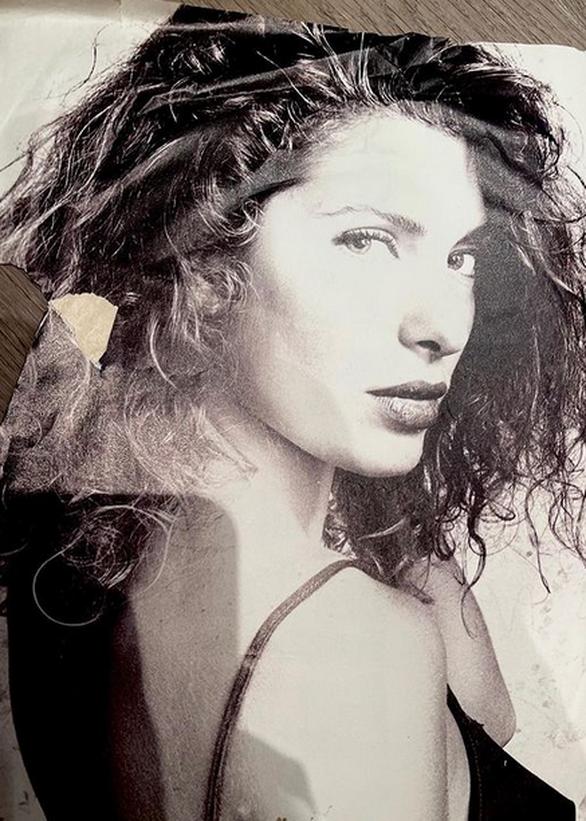 Η Ελένη Μενεγάκη ανακάλυψε μια παλιά φωτογραφία της μέσα σε ένα βιβλίο
