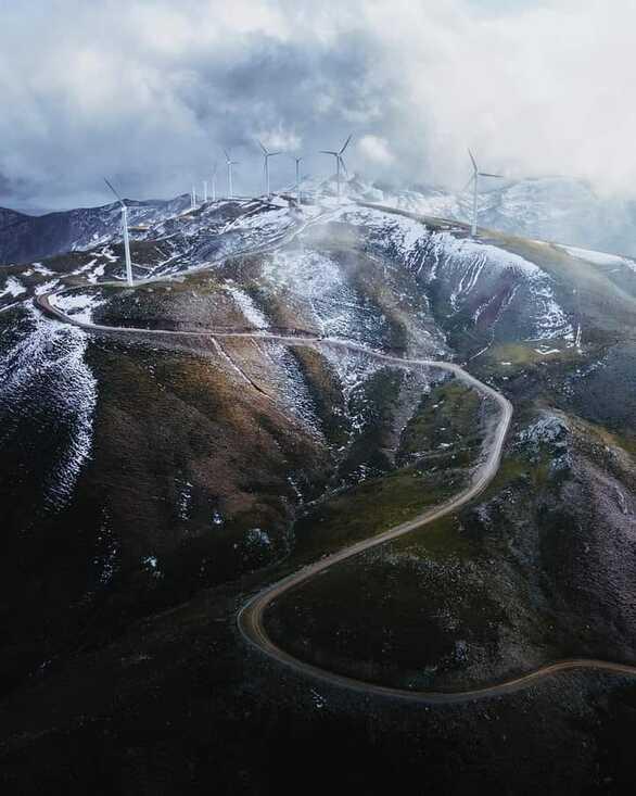 Μια υπέροχη φωτογραφία από το Αιολικό Πάρκο στην κορυφή του βουνού!