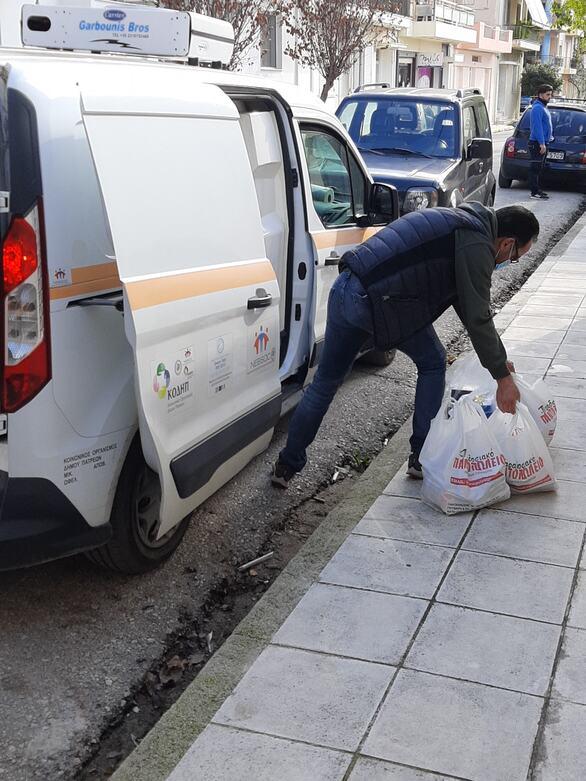 Πάτρα: Προσφορά τροφίμων στο Κοινωνικό Παντοπωλείο του δήμου από τους Παλαίμαχους ποδοσφαιριστές (φωτο)