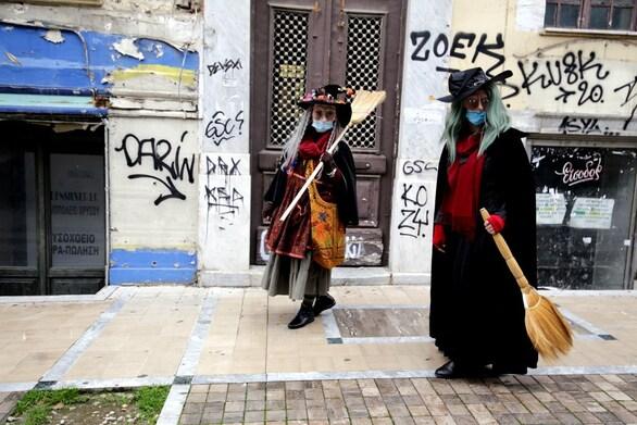 Οι Μπεφάνες σκούπισαν τους δρόμους της Πάτρας και ξόρκισαν (;) το κακό (φωτo)
