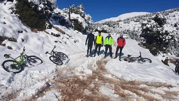 Πετάλ στον πάγο  - Πατρινοί πήραν τα ποδήλατα και ανέβηκαν στα βουνά (φωτο)