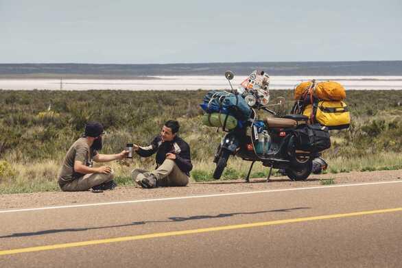 Οι δύο Έλληνες που γυρίζουν τον κόσμο με βέσπα, είναι… ένα χρόνο σε καραντίνα στην Αργεντινή (φωτο)