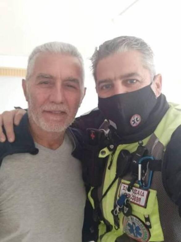 Πάτρα: Αγκαλιασμένοι ο διασώστης με τον άνθρωπο που έσωσε από την ανακοπή