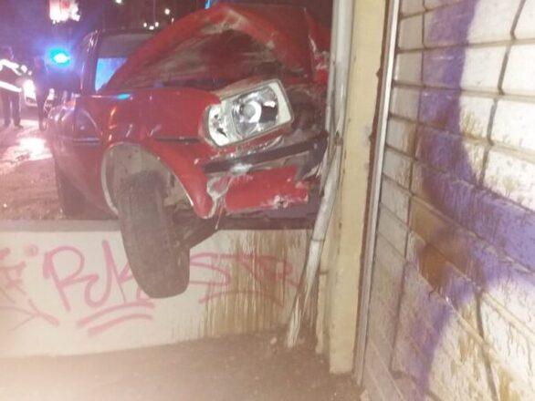 """Αυτοκίνητο """"προσγειώθηκε"""" σε κράσπεδο στο Αγρίνιο (φωτο)"""