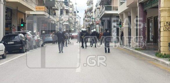 Πάτρα: Κόσμος στη συγκέντρωση διαμαρτυρίας στη πλατεία Γεωργίου για το lockdown (pics+video)