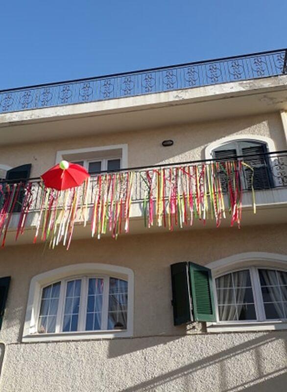 Πάτρα - Τα μπαλκόνια που φόρεσαν τα καρναβαλικά τους! (φωτο)