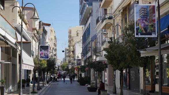 Ολοκληρώθηκε ο καρναβαλικός διάκοσμος στο κέντρο της Πάτρας - Τοποθετήθηκαν νέοι μπάστακες και εκτυπώσεις με φωτογραφίες