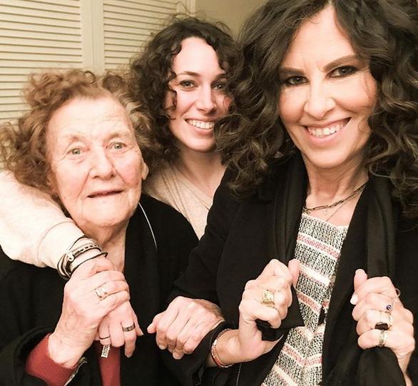 Η Ελευθερία Αρβανιτάκη ποζάρει με την κόρη και την μητέρα της