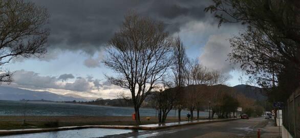 """""""Βαριά"""" τα σύννεφα και πάνω από την παραλία του Ρίου (φωτο)"""