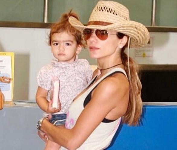 Η Μελίνα Νικολαΐδη μωρό στην αγκαλιά της μητέρας, Δέσποινας Βανδή